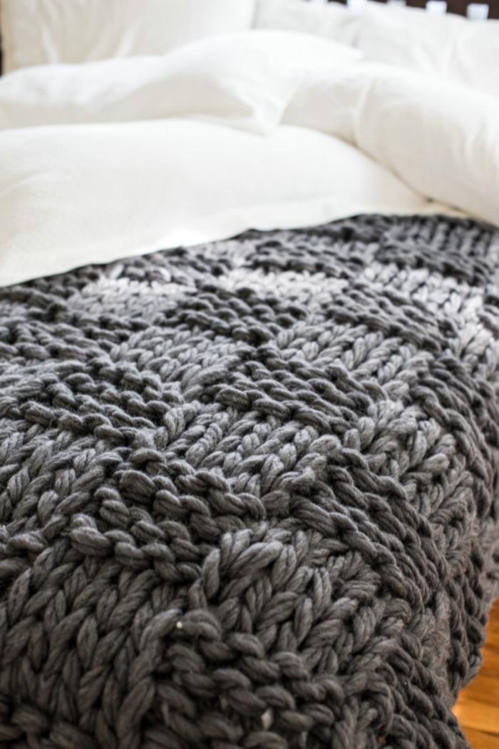 有个术语毛衣天气,形容的是秋冬穿毛衣的季节。而如今毛线不仅仅会填充你的衣柜,越来越多的产生了用钩针编织的暖和羊毛织物。它们可以充斥装饰你的家居世界。温暖你的触觉,萌化温润你的视觉。相信你们愿意去购买或DIY这些织物,让它们成为家庭的一部分吧。