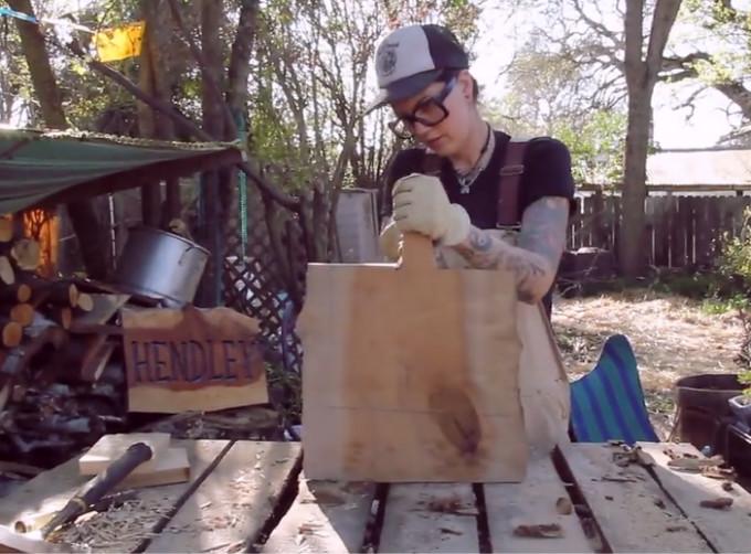 正如世界上没有同样的两片树叶 也没有完全相同的木质纹理 纹理记录着自然的年轮 而我们也能够从这些独立的纹理中 触摸到从前的旧时光  Gwen Gunheim,在加州经营着一家名叫HENDLEY HARD GOODS的木器手工作坊,HENDLEY是她所住街区的名字。正如店名给人的朴实感觉一样,Gwen对于木器也追求一种原始的复古气息。她和木头结缘于一场大火,四年前的一场火灾烧毁了她曾祖父的房屋,她仔细观看了烧毁房屋的结构残骸,从中抢救回了一些木材。她拆了用古老松树做成的房子的阶梯,用在她第一次的木器制作中,
