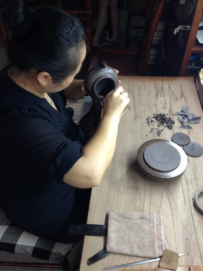 她出生陶艺世家,修身制壶过生活