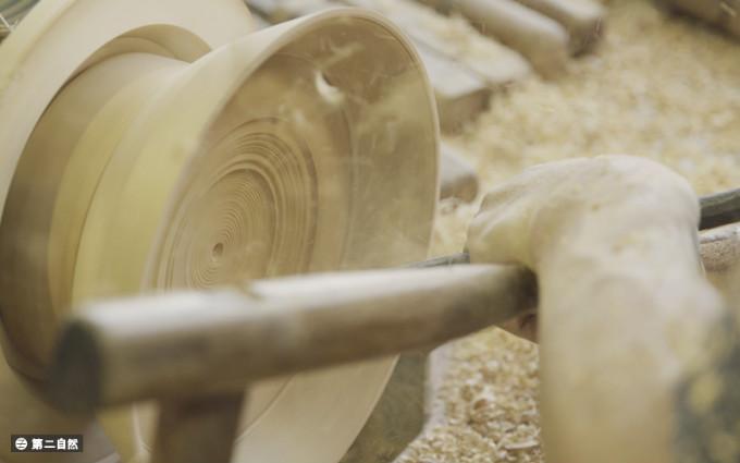 """""""辘轳""""源于陶器制作的转盘拉胚技术,是细工木作的一种,利用旋转的力"""