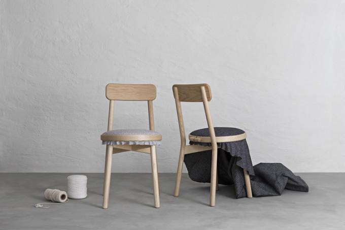 """设计中, 椅子就像一个刺绣用的绣绷, """"blank (空白)""""就像两张空白画纸"""
