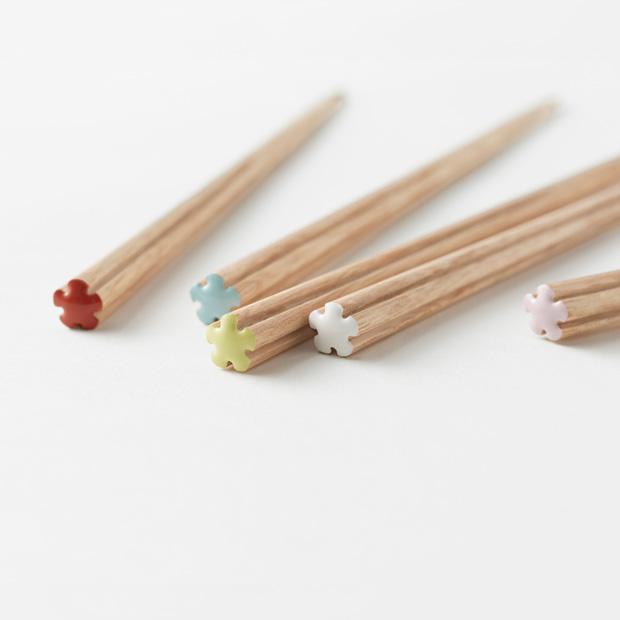 雕刻使得筷子如此薄以至于只用木头会不结实,所以nendo嵌入铝芯来解决