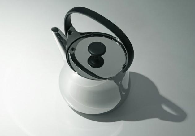 传统之美,现代风格,又一个深泽直人的极简主义设计,把一点自然美丽带回给一个古老的习俗。 意大利Alessi品牌在德国科隆国际家具展、米兰的HOMI行业潮流趋势展和巴黎的maison et objet展会上展出了它的2014春夏系列。在这个茶壶项目里,深泽直人把日本古代传统茶壶转化成了一个高雅的现代化的具有多种用途的不锈钢壶,可以从厨房直接端到桌上。