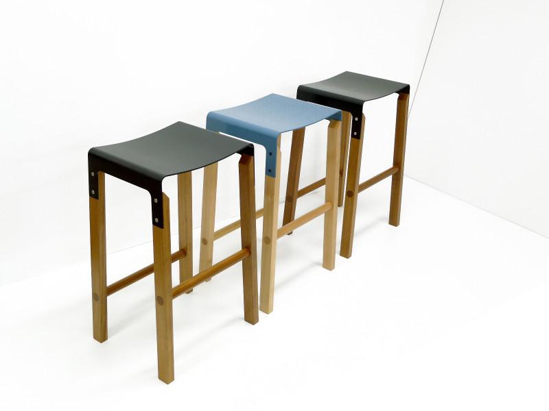 凳子的腿是木制机械加工而成